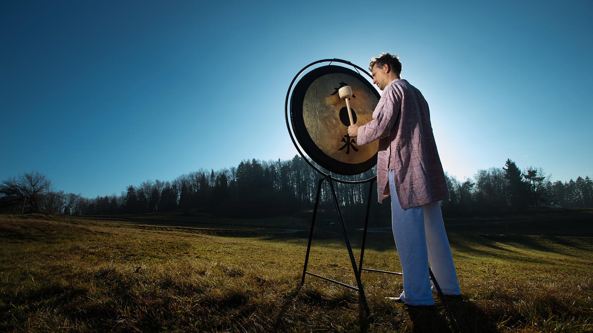 gong, zvočna kopel, sprostitev, meditacija, kako sprostiti telo